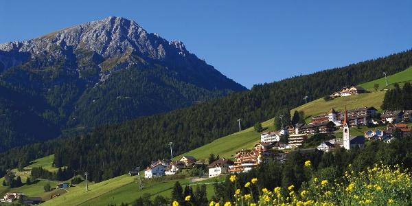 Blick auf Geiselsberg bei Olang am Fuße der Olanger Dolomiten.