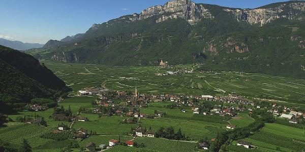 Terlan am grünen Talboden des Etschtales, unweit von Bozen gelegen.