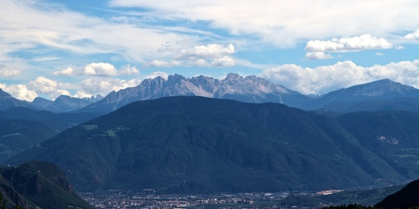 Der Kohlerer Berg bei Bozen mit Latemar im Rücken.