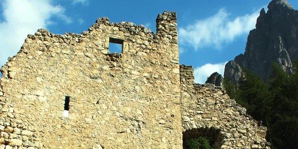 Ein Teil der Ruine Hauenstein unter der Santnerspitze