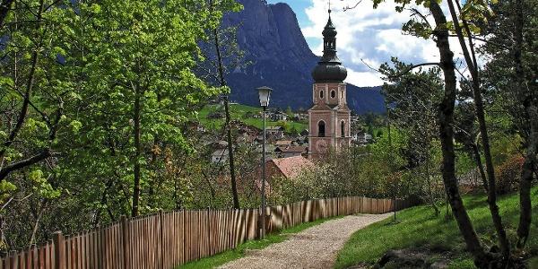 Blick auf die Kirche von Kastelruth: erbaut 1756-58 nach Plänen von Simon Rieder