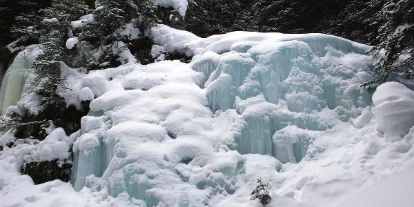 Eisformationen am Wegrand der Schneeschuhwanderung im Schlerngebiet.