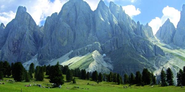 Escursione ai piedi della catena delle Odle in Val di Funes