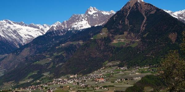 Dorf Tirol mit der aufragenden Mutspitze, der Talbauer liegt an den steilen Hängen über dem Ort.
