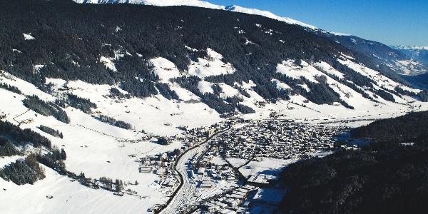 Die Rodelbahn Haunold liegt oberhalb vom winterlichen Innichen in der Ferienregion 3 Zinnen Dolomiten.