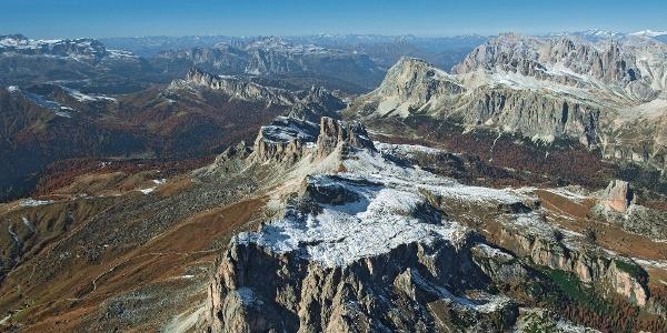 Klettersteig zum Rifugio Nuvolau. Im Hintergrund Averau (Bildmitte), Sella-, Geisler- und Fanesgruppe