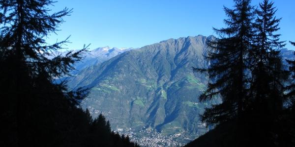 Blick auf den Vinschgauer Sonnenberg mit Naturns