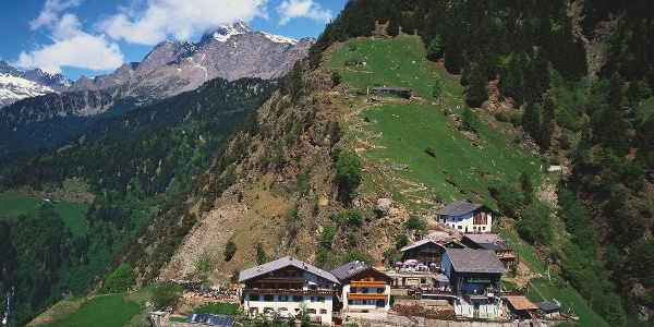 Hochmut ober Dorf Tirol bei Meran, Etappenziel der Familienwanderung
