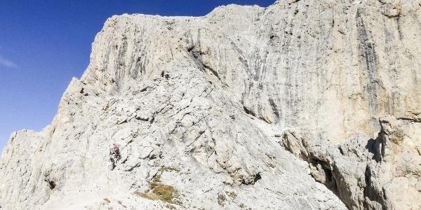 Über den mit fixen Seilen versehenen Klettersteig auf den Peitlerkofel.