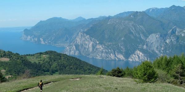 Vom Weg zum Monte Stivo genießt man freie Sicht auf den Gardasee und die Berge über seinem Westufer, von der Rocchetta bis zum Monte Pizzòcolo