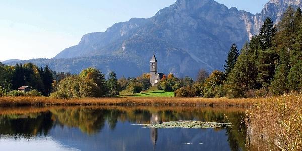 Der Fennberger See mit der Leonhardskirche unter der Viggerspitze.