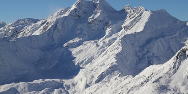 Skitour auf die tief verschneide Saldurspitze im Matscher Tal.