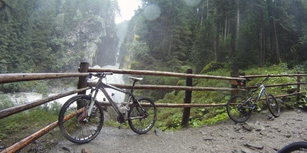Nassgespritzt von den Reiner Wasserfällen genießen wir das Naturschauspiel.