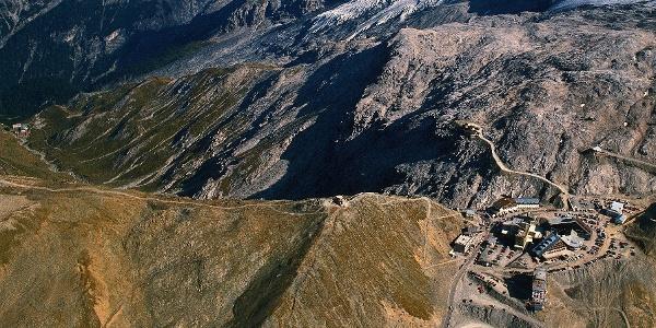 Über die Signalkuppe wird das Stilfser Joch, der Zielpunkt des Themenweges, erreicht. Ausgangspunkt ist Franzenshöhe, ganz links im Bild.