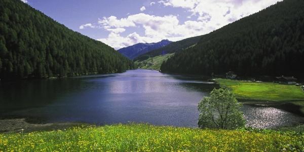 The trailhead for the Tagewaldhorn peak, the Durnholzer lake (Lago di Valdurna).