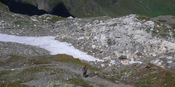 Hin und wieder trifft der Wanderer auf Mountainbiker, die vom Eisjöchl kommen.