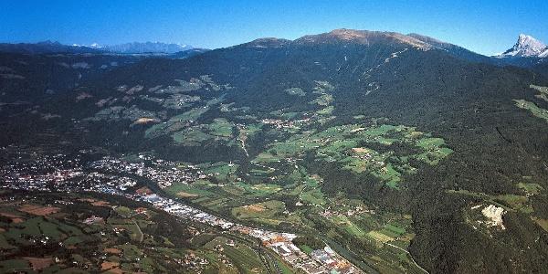 Brixen und darüber die Plose mit ihrem höchsten Gipfel, dem Telegraph.