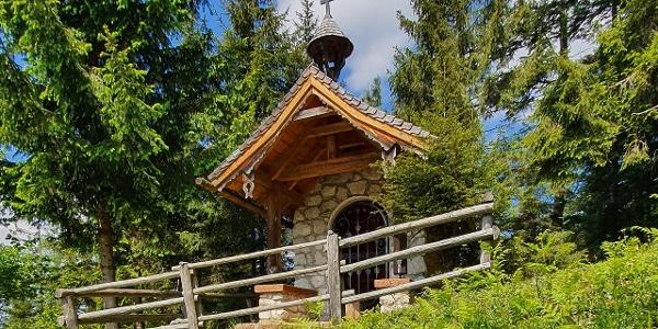 Hubertuskapelle auf der Schönalm im Sommer