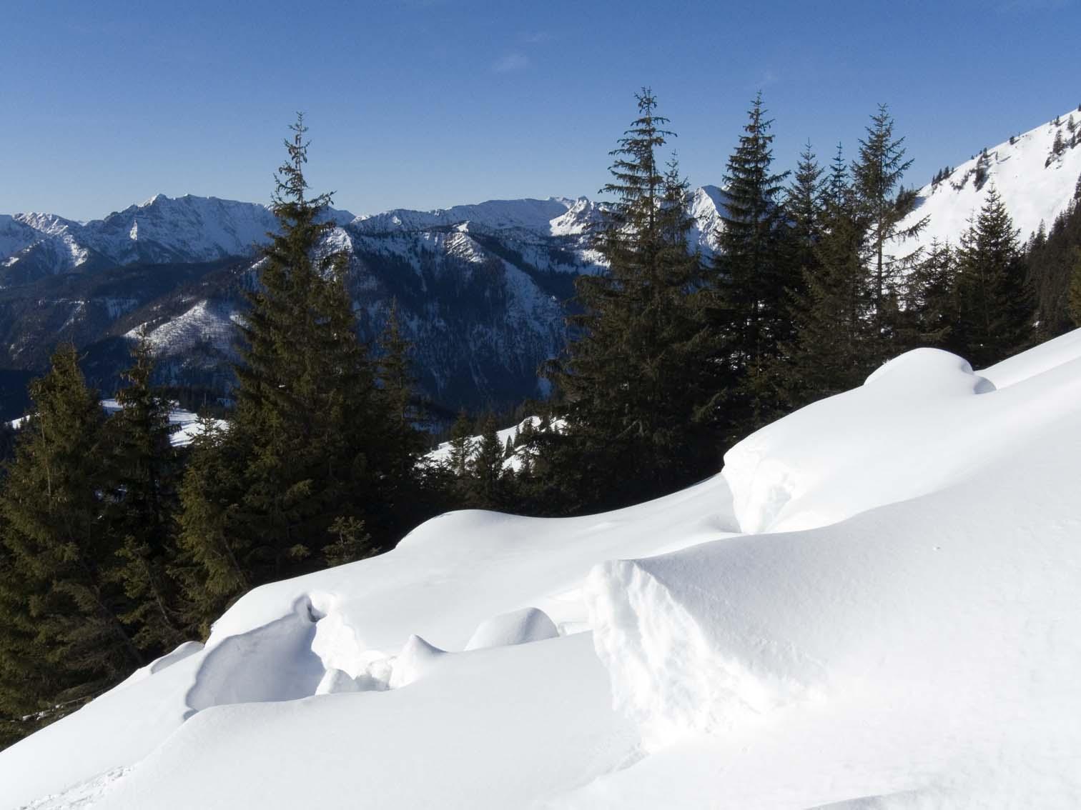 Riskante Schneedecke auf grasigem Untergrund