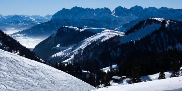 Schon während des Aufstiegs brilliert der Geigelstein mit prächtigen Ausblicken auf das Kaisergebirge.