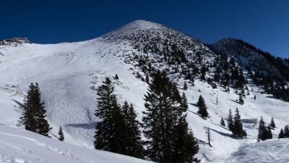 Der Weitwinkelblick über die Oberkaseralm zum Geigelstein mit seinen schönen Skihängen