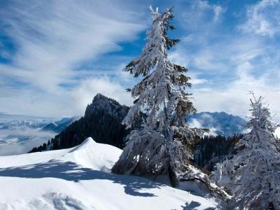 Hier peitscht ausnahmsweise kein Sturm über den Gipfel, und man sieht zum Brünnstein hinüber.