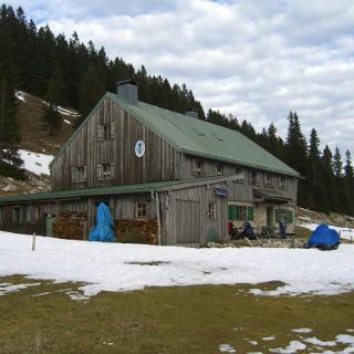 Riesenhütte mit Schnee