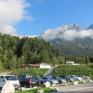 Parkplatz Halltal, Eingang Alpenpark Karwendel. Im Hintergrund Großer Bettelwurf und Hohe Fürleg (rechts).
