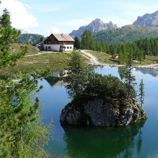 Das Rifugio Croda da Lago liegt malerisch am Lago Federa.