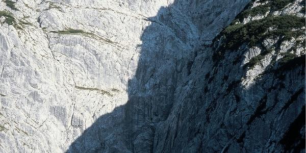Die Fleischbank NNW-Wand. Der Einstieg zur Via Classica befindet sich links des kleinen Schneerests.