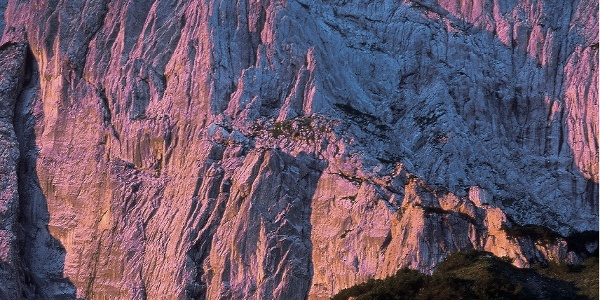 Totenkirchl von Norden mit der Sockelwand links unten
