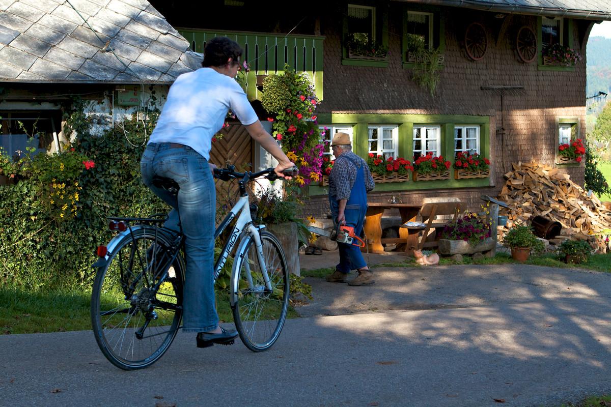 Radfahren vorm Schwarzwaldhaus