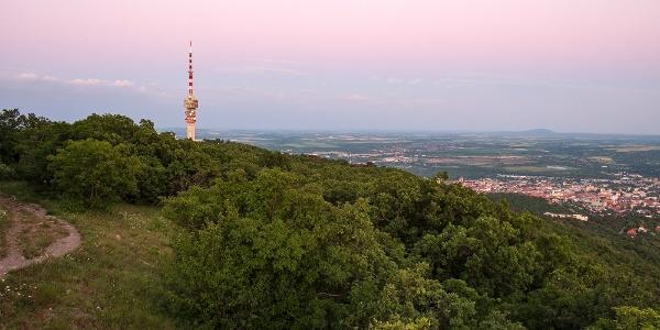 Alkonyat a Kis-Tubes felett a Misina-tető TV-tornyával és Pécs belvárosával
