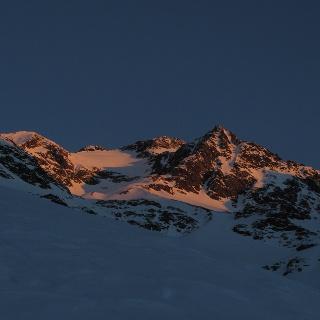 Das erste Sonnenlicht am Gipfel.