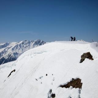 Blick über vom Gipfelkreuz über den Vorgipfel Richtung Großes Beil
