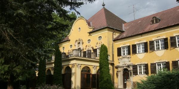 A balatongyöröki Festetics-kastélyt a kerítésen át leshetjük meg