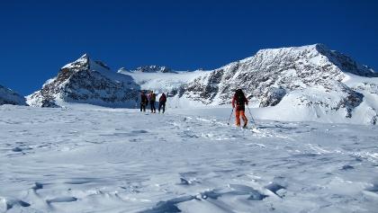 Am riesigen Übeltalferner mit Blick auf Schwarzwandspitz, Hohes Eis und Sonklar.