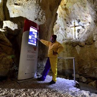 Infotafel in der Höhle