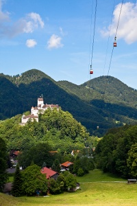 Kampenwandseilbahn mit Burg Hohenaschau