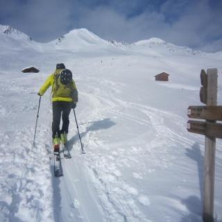 Aufstieg immer mit Blick auf den Gipfel (links im Bild)