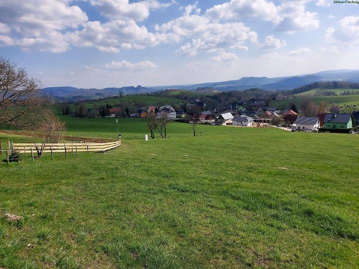 Foto Aussicht nach Goßdorf, zu den Schrammsteinen, den linkselbischen Zschirnsteinen und dem Hohen Schneeberg
