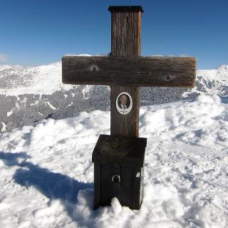 Das kleine Kreuz schmückt ein Portraitfoto des Everest-Erstbesteigers (1953, zusammen mit Tenzing Norgay).