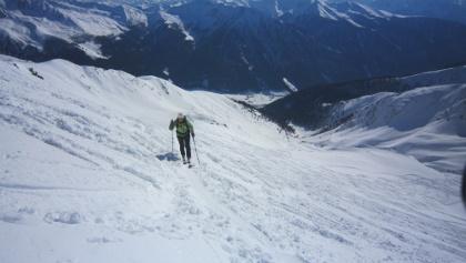 Spitzkehren führen den Steilhang hinauf bis ins Joch