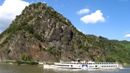 Blick vom gegenüberliegenden Rheinufer auf die Loreley