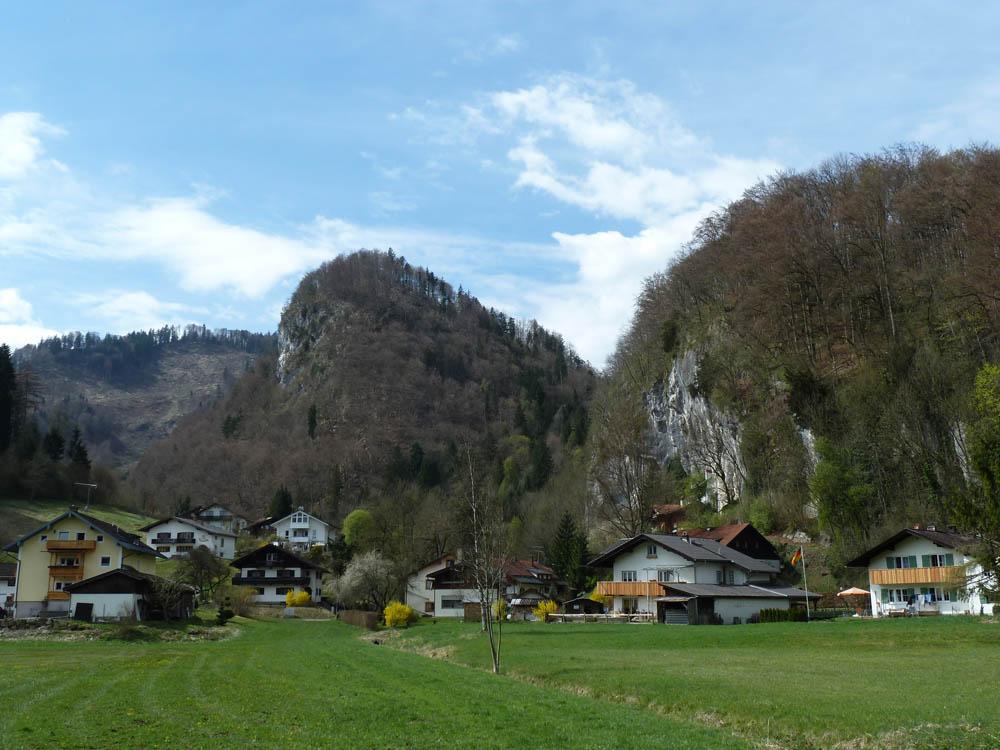 Unterhalb des Schloßbergs mit Blick Richtung Luegsteinwand