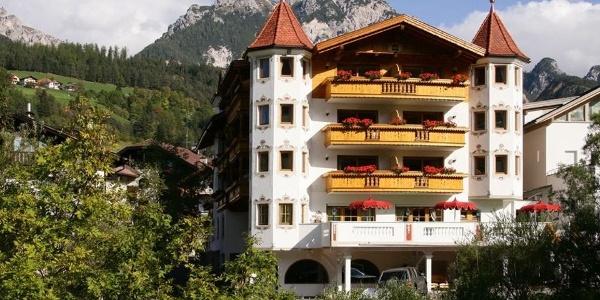 Benvenuti all'hotel benessere Sonnenhof a San Vigilio in Val Badia.