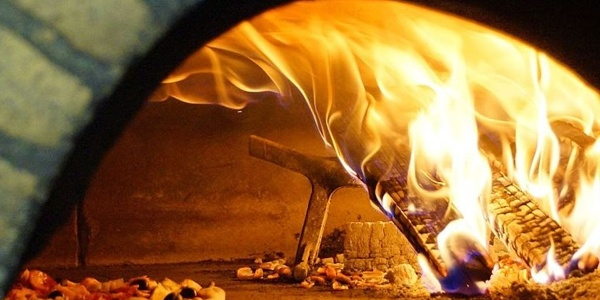 At the restaurant Ritterkeller in San Vigilio the pizza from the wood oven tastes delicious.