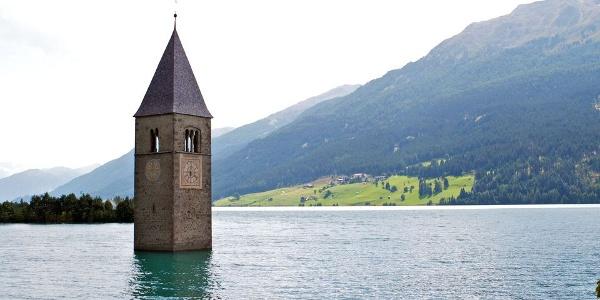 Der aus dem Reschensee ragende Kirchturm ein vielfotografiertes Motiv.