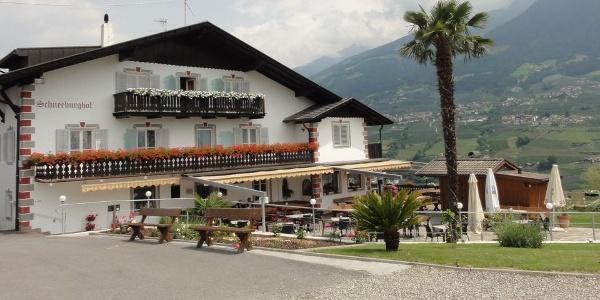 Die Jausenstation Bikergarni Schneeburghof in Dorf Tirol empfängt Urlauber in einem vielseitigen Ambiente.