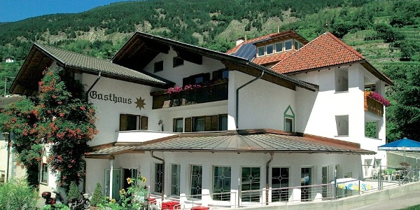 In Val Venosta valley lies the Sonne Hotel in a wonderful position.